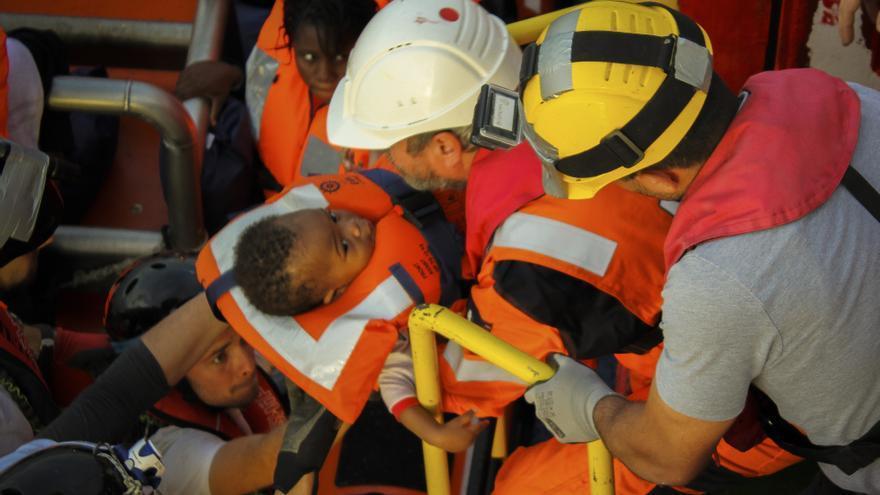 Save the Children traslada a los rescatados desde otro buque de búsqueda y rescate por la noche. A medida que amanece el equipo trae a las familias y los niños pequeños a bordo del Vos Hestia. Entre ellos está Sara (nombre ficticio), un bebé de Nigeria. | Foto: Miya Tajima-Simpson/Save The Children.