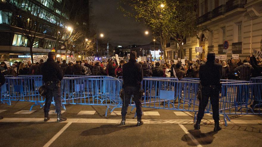 Un fuerte cordón policial en Colón impide el paso a la calle Génova / Álvaro Minguito