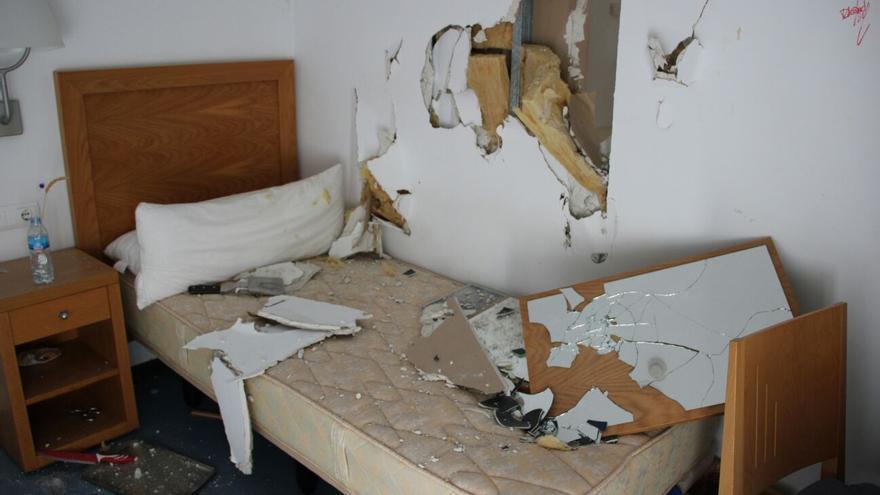 Una de las habitaciones del CIO Mijas, destrozada