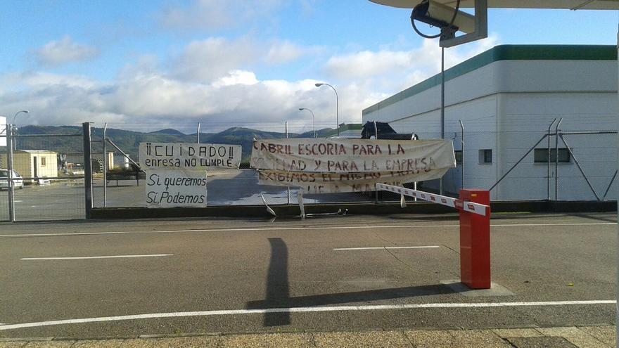 Pancartas en El Cabril por cuya retirada y destrucción Enresa ha sido condenada.