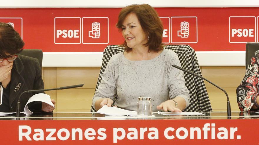 La vicepresidenta del Gobierno, Carmen Calvo, junto a la presidenta del Consejo Asesor del PSOE en materia de Igualdad, Altamira Gonzalo.