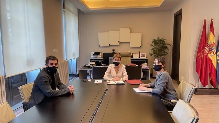 I-D: Eduardo Santos, consejero de Políticas Migratorias y Justicia del Gobierno de Navarra, María Chivite, presidenta del Gobierno de Navarra, y Begoña Alfaro, nueva coordinadora autonómica de Podemos Navarra.