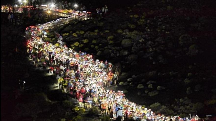 En la imagen, salida de la Transvulcania 2015, en la madrugada de este sábado, en el Faro de Fuencaliente. Foto:Ian (Twitter)