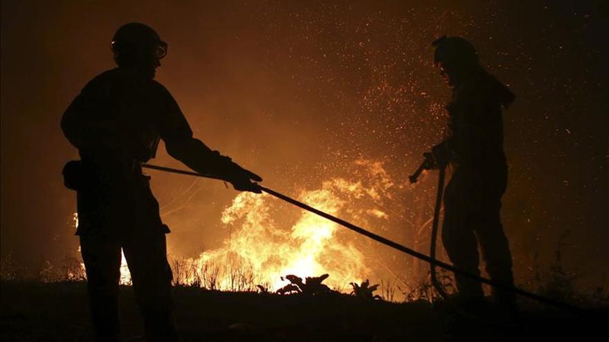 Bomberos combaten un incendio forestal en la montaña que separa a Caracas del Caribe
