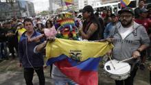 Un grupo de personas celebra con banderas tras el acuerdo alcanzado entre el presidente, Lenín Moreno, y el movimiento indígena en Quito.
