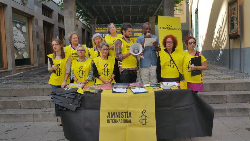 Activistas de Amnistía Internacional este sábado en La Pérgola. Foto: LUZ RODRÍGUEZ.