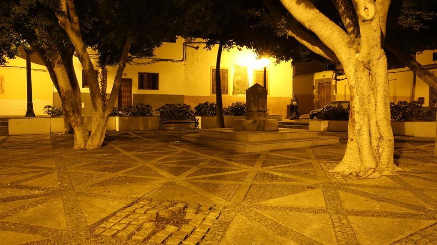 Plaza de Agüimes después de las 23.00 horas sin jóvenes en la calle