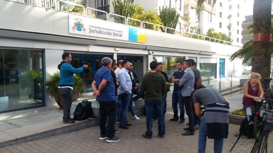 Los trabajadores de Endesa concentrados a la puerta de los juzgados, en lo que algunos consideran el conflicto laboral más importante de la historia de la Isla.