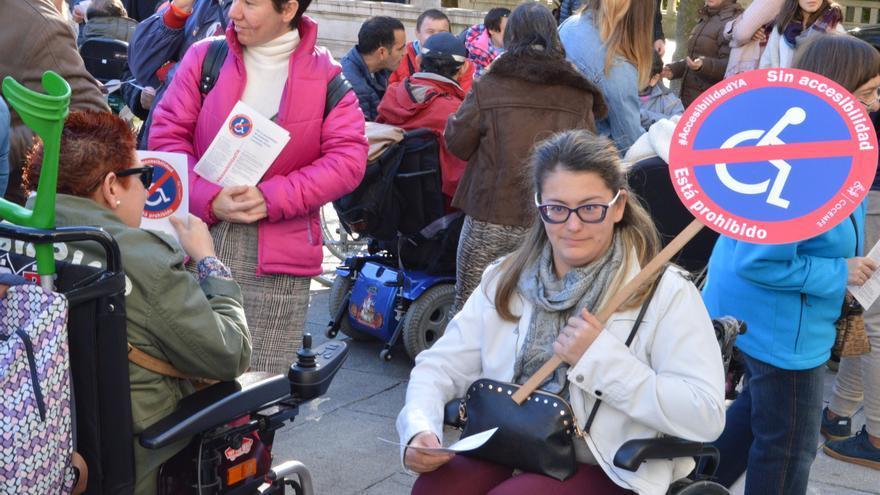 Asistente a la concentración '#AccesibilidadYA' en Santander
