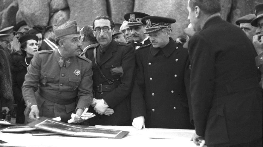 Franco (i) en una visita al Valle de los Caídos junto al arquitecto, Pedro Muguruza Otaño (d), en 1940 |