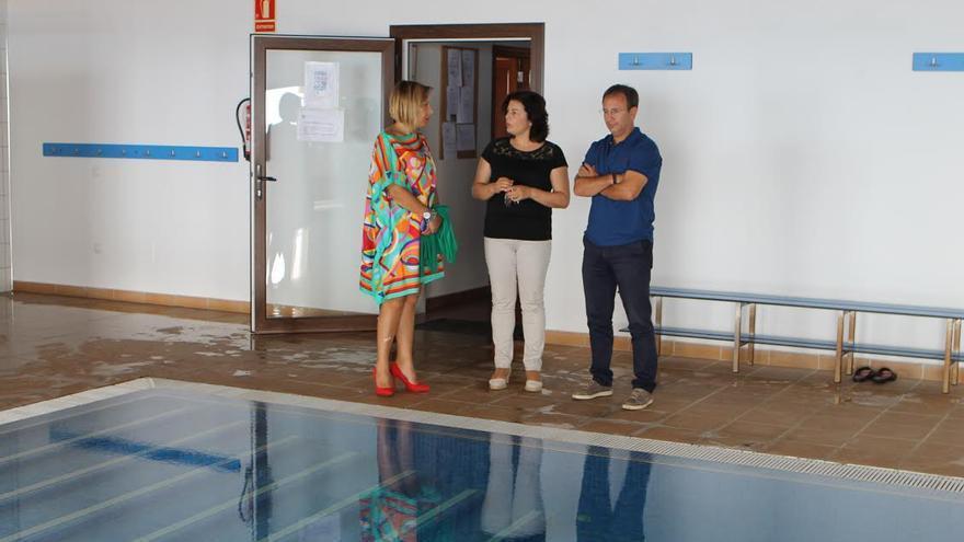 El alcalde de El Paso, Sergio Rodríguez;  la concejala de Asuntos Sociales, Ángeles Fernández, y la gerente de NEP.