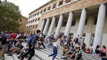 El Gobierno calcula que duplicará el número de becas universitarias al rebajar los requisitos académicos y económicos
