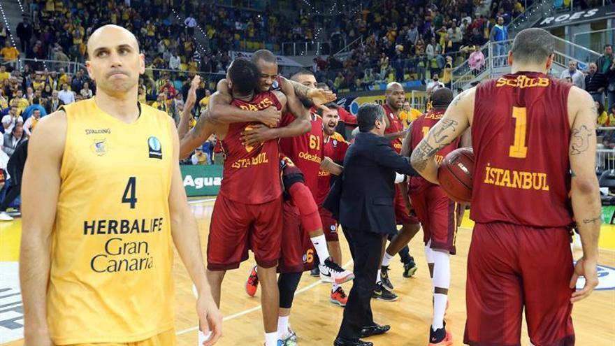 Albert Oliver al finalizar el partido de vuelta de la eliminatoria ante el Galatasaray