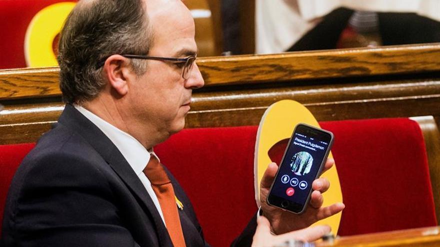 Torrent habla con Puigdemont por teléfono desde el hemiciclo tras su elección