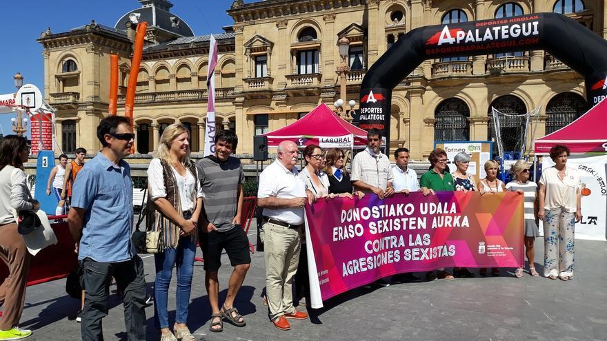 El Ayuntamiento de San Sebastián se concentra para rechazar las agresiones sexistas ocurridas en la ciudad