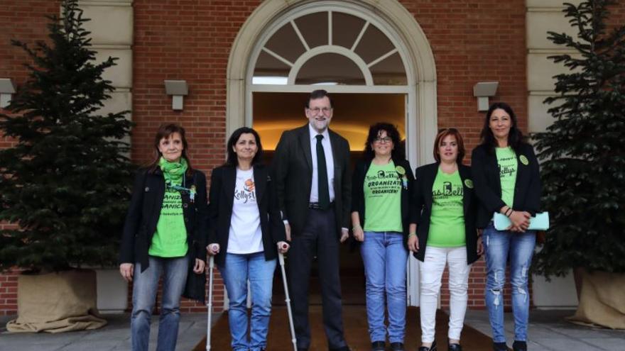 Mariano Rajoy con las representantes de las Kellys en La Moncloa.