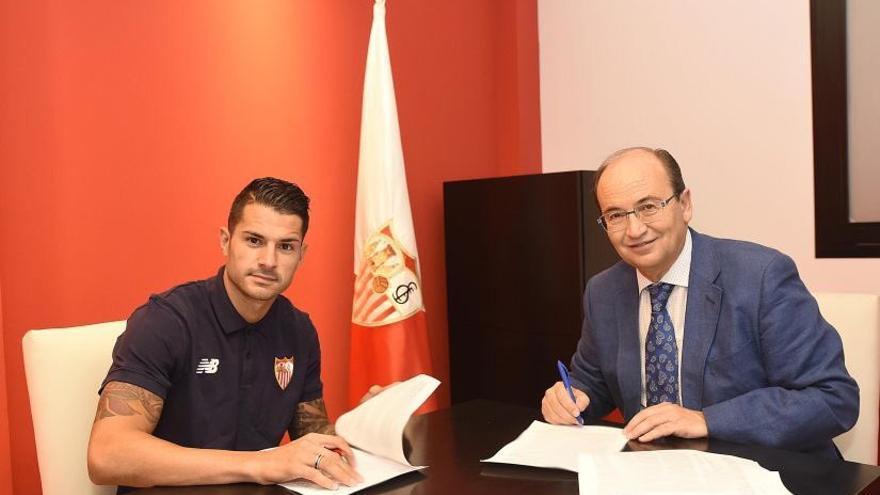 Vitolo firmando el contrato con el Sevilla hasta 2020.