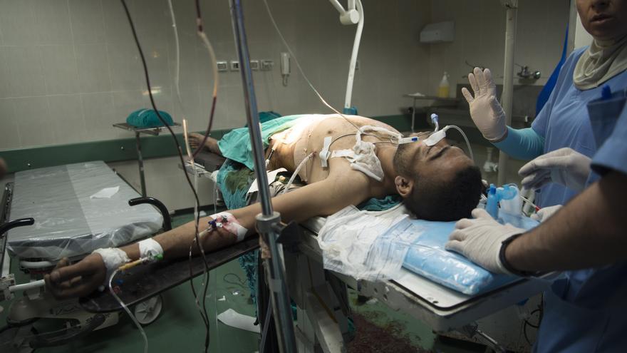Un equipo de Médicos sin Fronteras opera a un herido por fuego israelí en un hospital de Gaza.