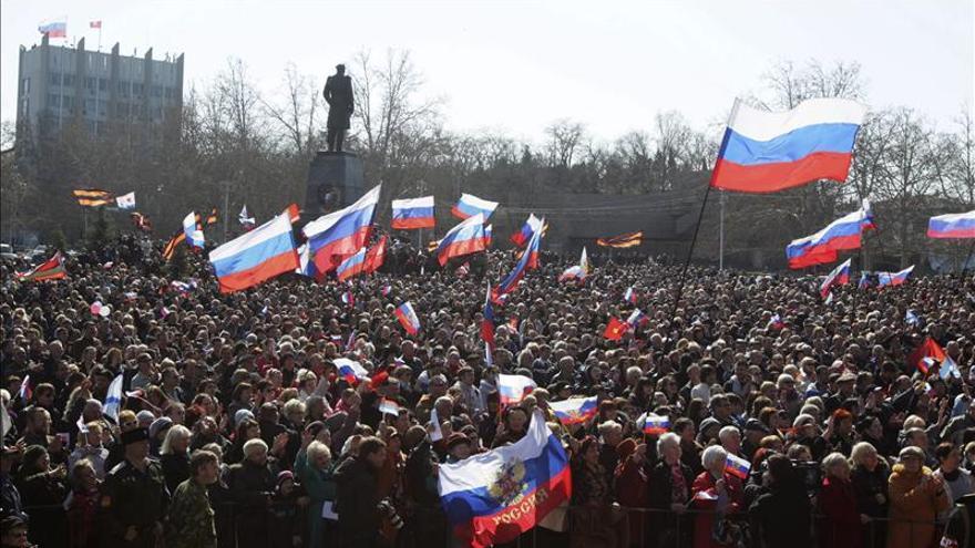 Una multitud celebraba ayer el anuncio de Vladimir Putin sobre la firma del tratado de la anexión de la autoproclamada República de Crimea a la Federación de Rusia, durante una concentración en la localidad crimea de Sebastopol.