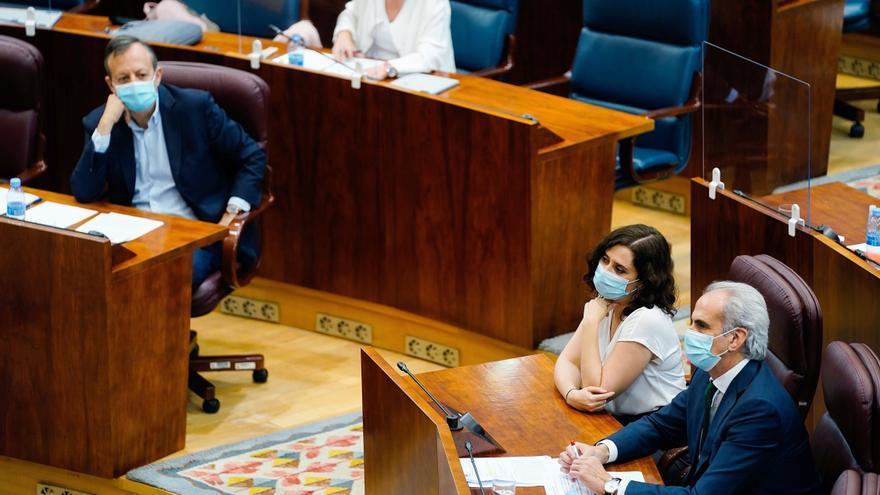El consejero de Políticas Sociales, Alberto Reyero, observa este jueves en la Asamblea de Madrid a la presidenta Isabel Díaz Ayuso y al consejero de Sanidad, Enrique Ruiz Escudero.