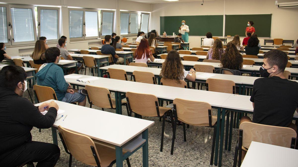 Alumnos durante un examen de la EBAU