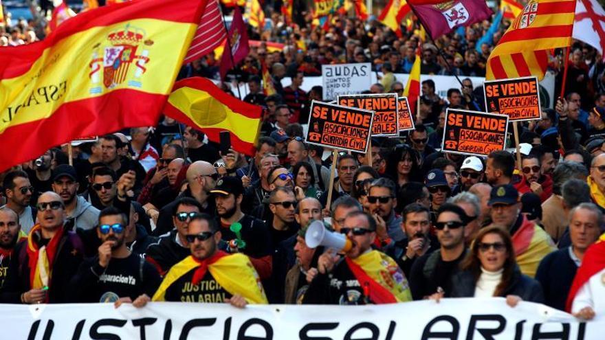 Medio millar de policías marchan en Barcelona por su equiparación salarial
