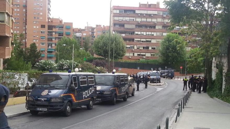 Despliegue policial alrededor de la vivienda de Amaya, mujer desalojada este martes en el barrio madrileño de Valdezarza/ Asamblea Barrio del Pilar