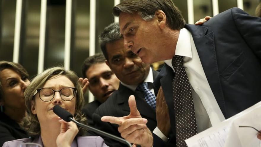 El candidato Jair Bolsonaro, en uno de sus enfrentamientos con la diputada Maria do Rosário