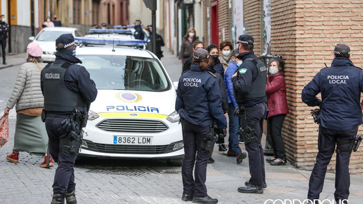 Agentes de Policía Local en calle Alfaros.