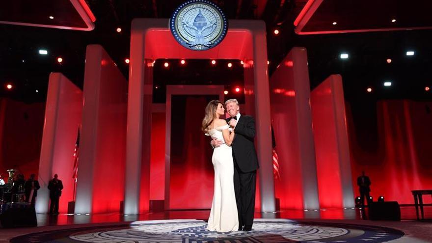 Melania Trump sorprende con un vestido blanco en su primer baile presidencial