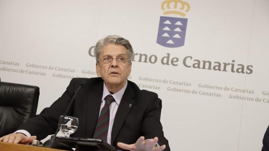 El portavoz del Gobierno de Canarias y también consejero de Sanidad, Julio Pérez, en una rueda de prensa