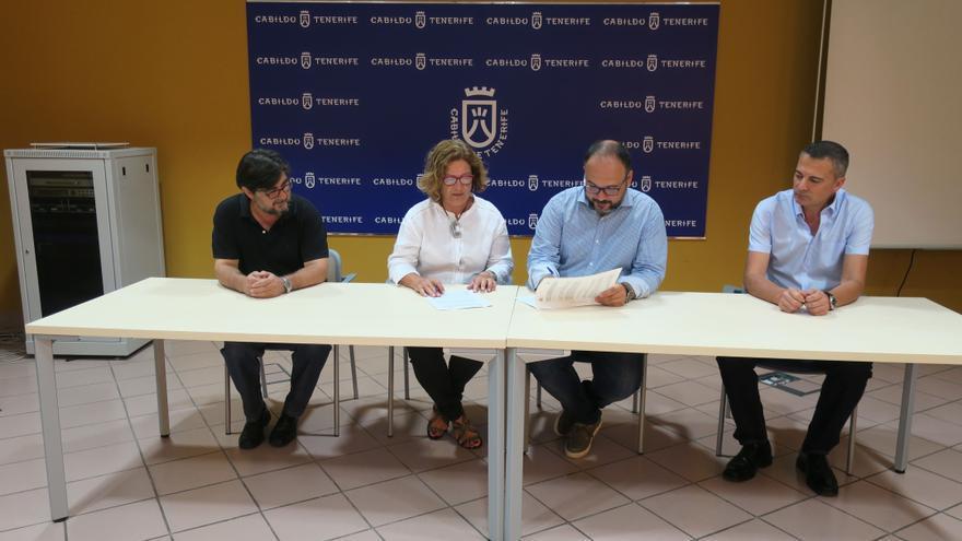 Momento de la firma del acuerdo, con el consejero Valbuena y el director del parque nacional del Teide