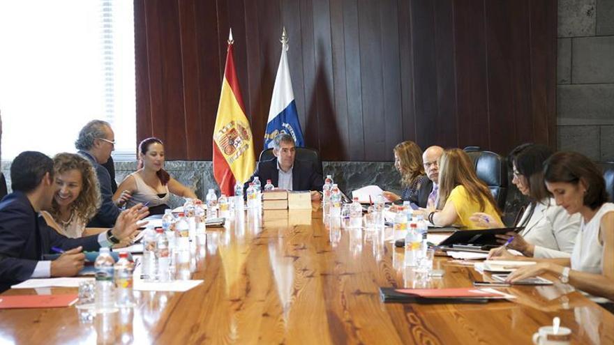 El presidente del Gobierno de Canarias, Fernando Clavijo (c), presidió el Consejo de Gobierno del Ejecutivo canario celebrado esta mañana en Santa Cruz de Tenerife. (El presidente del Gobierno de Canarias, Fernando Clavijo (c), presidió hoy el Consejo de Gobierno del Ejecutivo canario celebrado esta mañana en Santa Cruz de Tenerife. (EFE/Ramón de la Rocha).