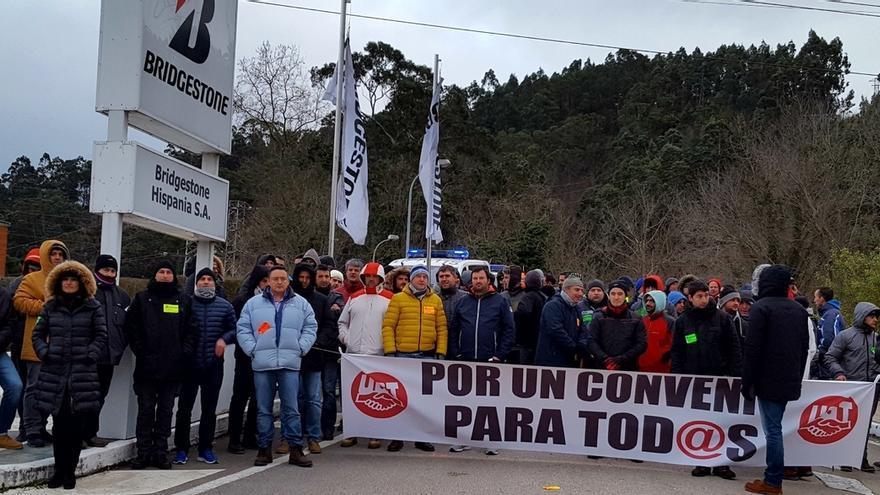 El inicio de la huelga paraliza la actividad de la fábrica de Bridgestone en Puente San Miguel, según sindicatos