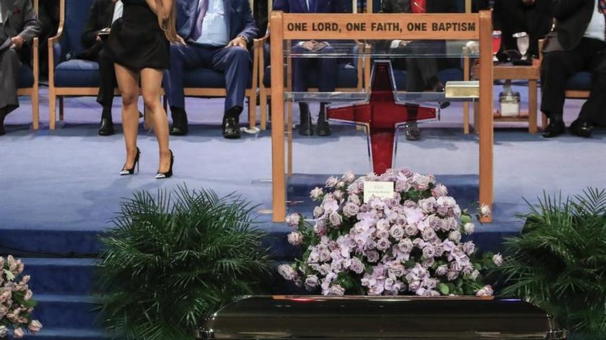 Obispo roza el pecho de Ariana Grande en el funeral de Aretha Franklin y desata polémica