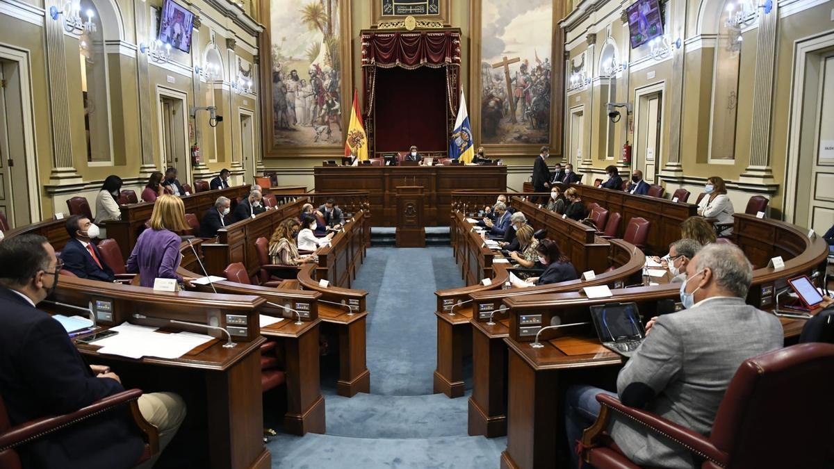 Pleno del Parlamento de Canarias en el que se ha aprobado una ayuda de 200.000 euros para los damnificados por el volcán en La Palma