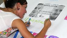 Un momento del encierro solidario en la sede de la APDHA por la absolución de Carmen y Carlos.