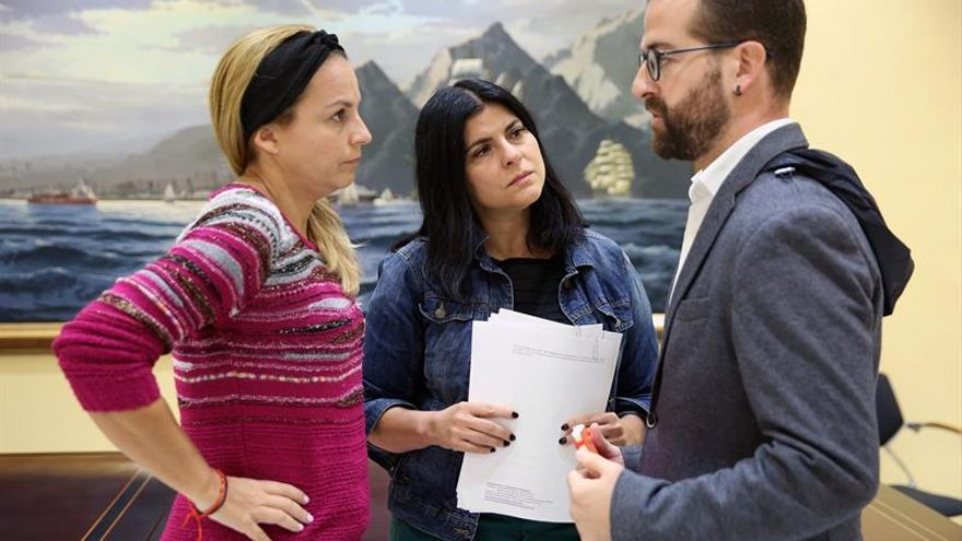 La secretaria general de Podemos, Noemí Santana (i), conversa con el diputado Juan José Márquez Fandiño y la consejera del Cabildo de Tenerife Milagros De la Rosa Hormiga