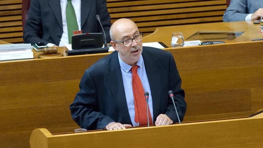 El conseller Manuel Alcaraz durante su comparecencia en les Corts Valencianes.