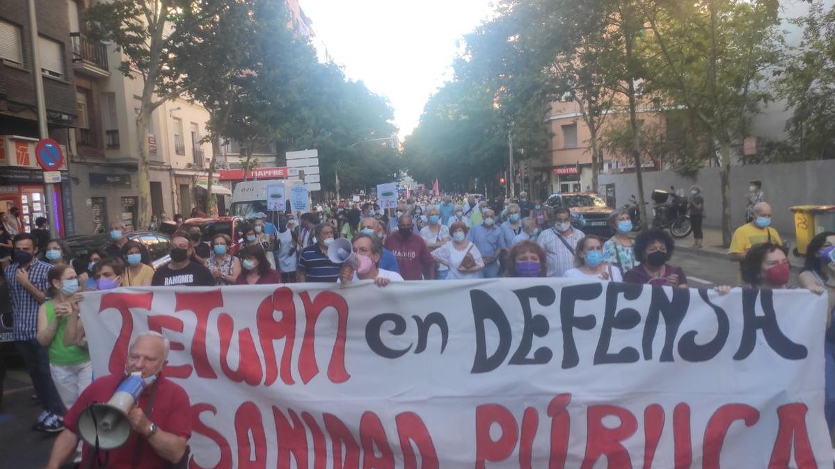 La manifestación avanzando por la calle de Lope de Haro