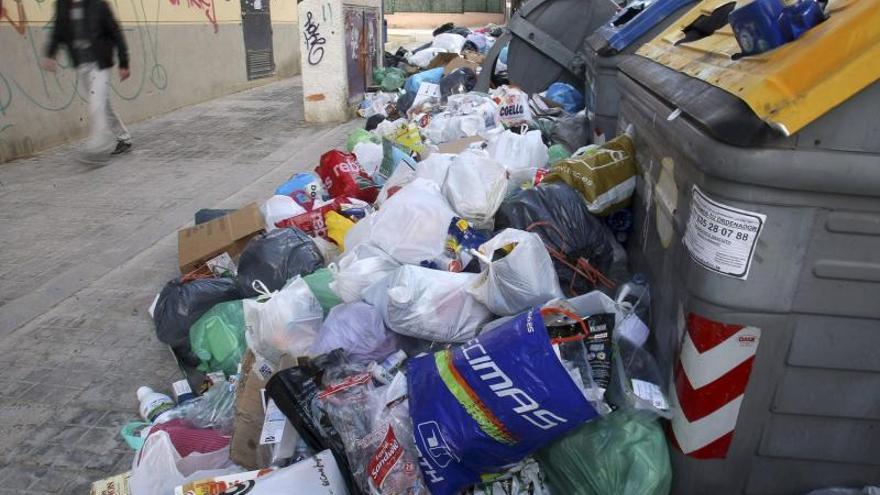 Cuatro días para recoger toda la basura acumulada en la huelga en Alicante