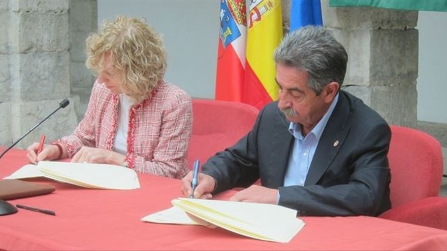 Díaz Tezanos y Revilla durante la firma del pacto de Gobierno.