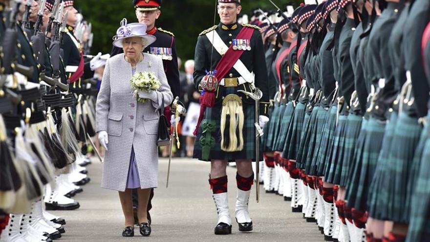 """Isabel II habla de momentos de """"desafío"""" en el Parlamento escocés"""