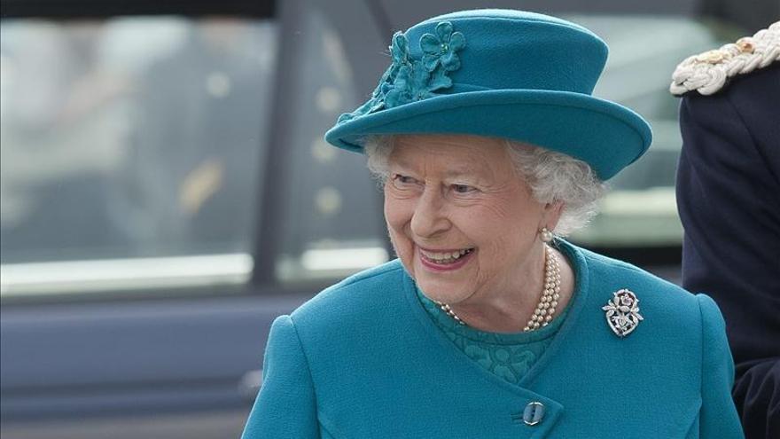 Isabel II, inquieta con el futuro reinado de Carlos, según un nuevo libro