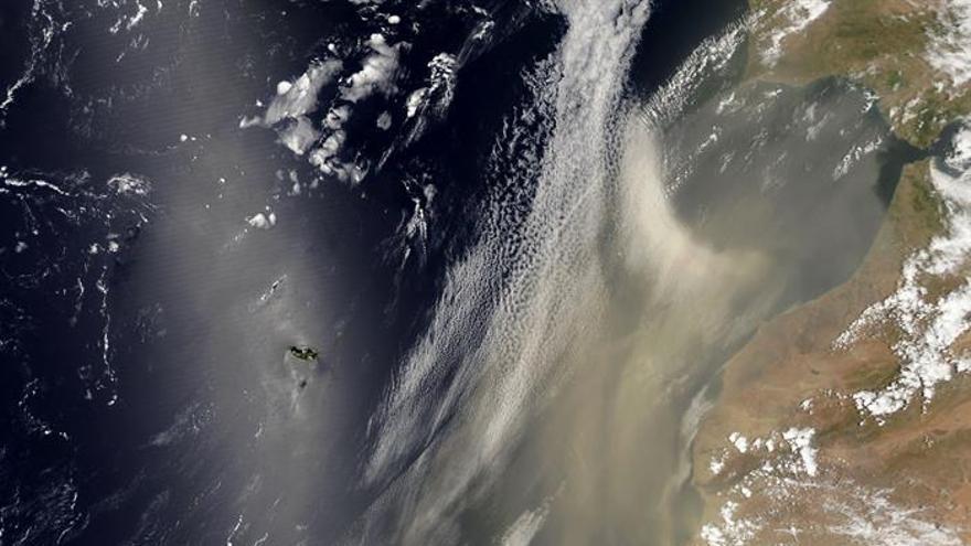 Imagen facilitada por la NASA que muetsra una fotografía tomada el pasado 19 de julio sobre Canarias por el satélite 'Aqua'. EFE