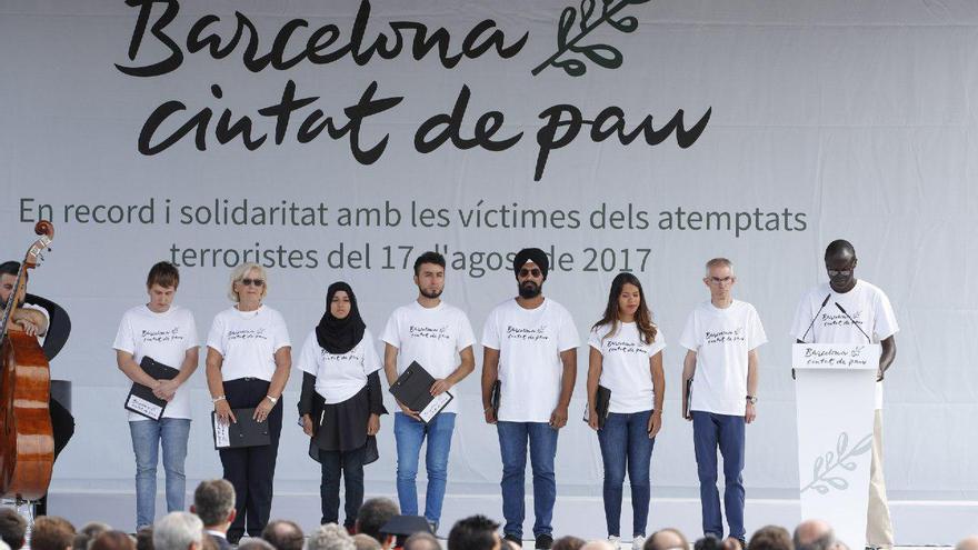 Los encargados de leer el manifiesto por el aniversario del 17A en ocho idiomas distintos / GTRES