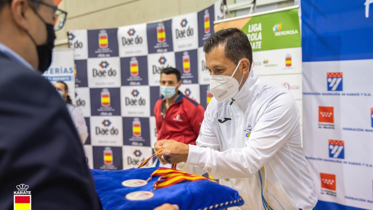 Salvador Álvarez recogiendo su medalla.