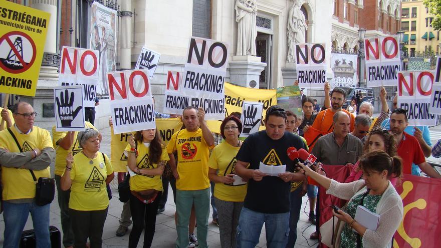 Antes del encuentro con los partidos, se ha realizado una concentración a las puertas del Ministerio de Medio Ambiente. | ADIC