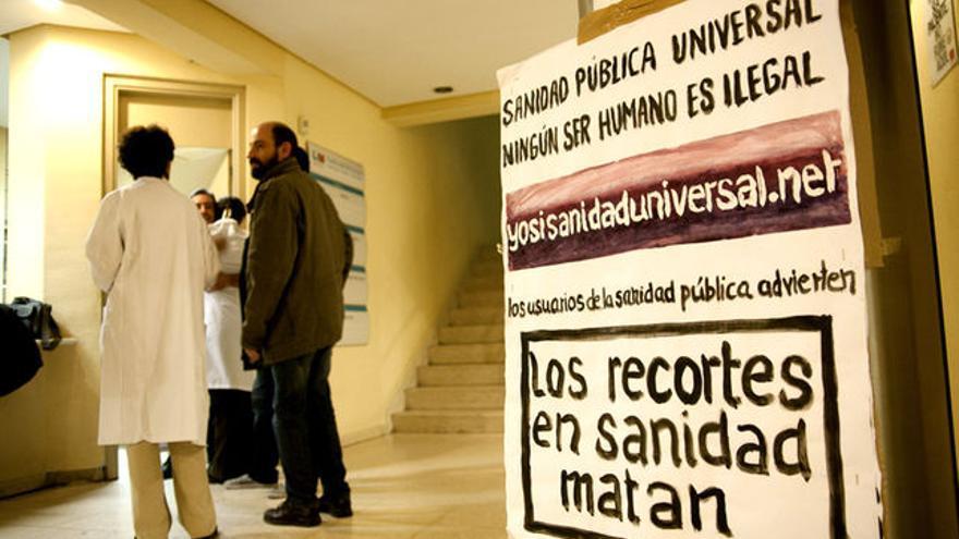 Cartel de Yo Sí Sanidad Universal en un encierro de la marea blanca en Vallecas (2012)