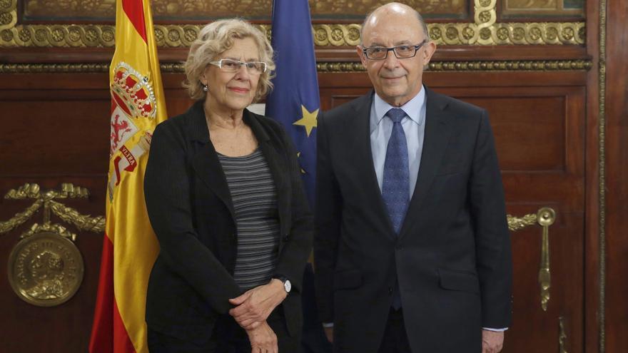 La alcaldesa de Madrid, Manuela Carmena (i),y el ministro de Hacienda y Función Pública, Cristóbal Montoro